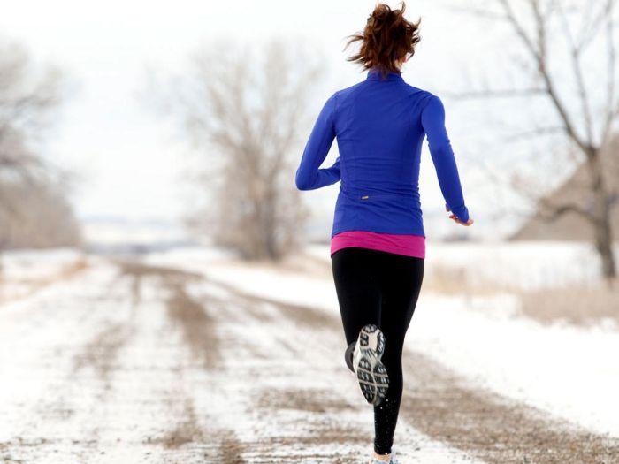 Femme pratiquant un running en hiver sous la neige